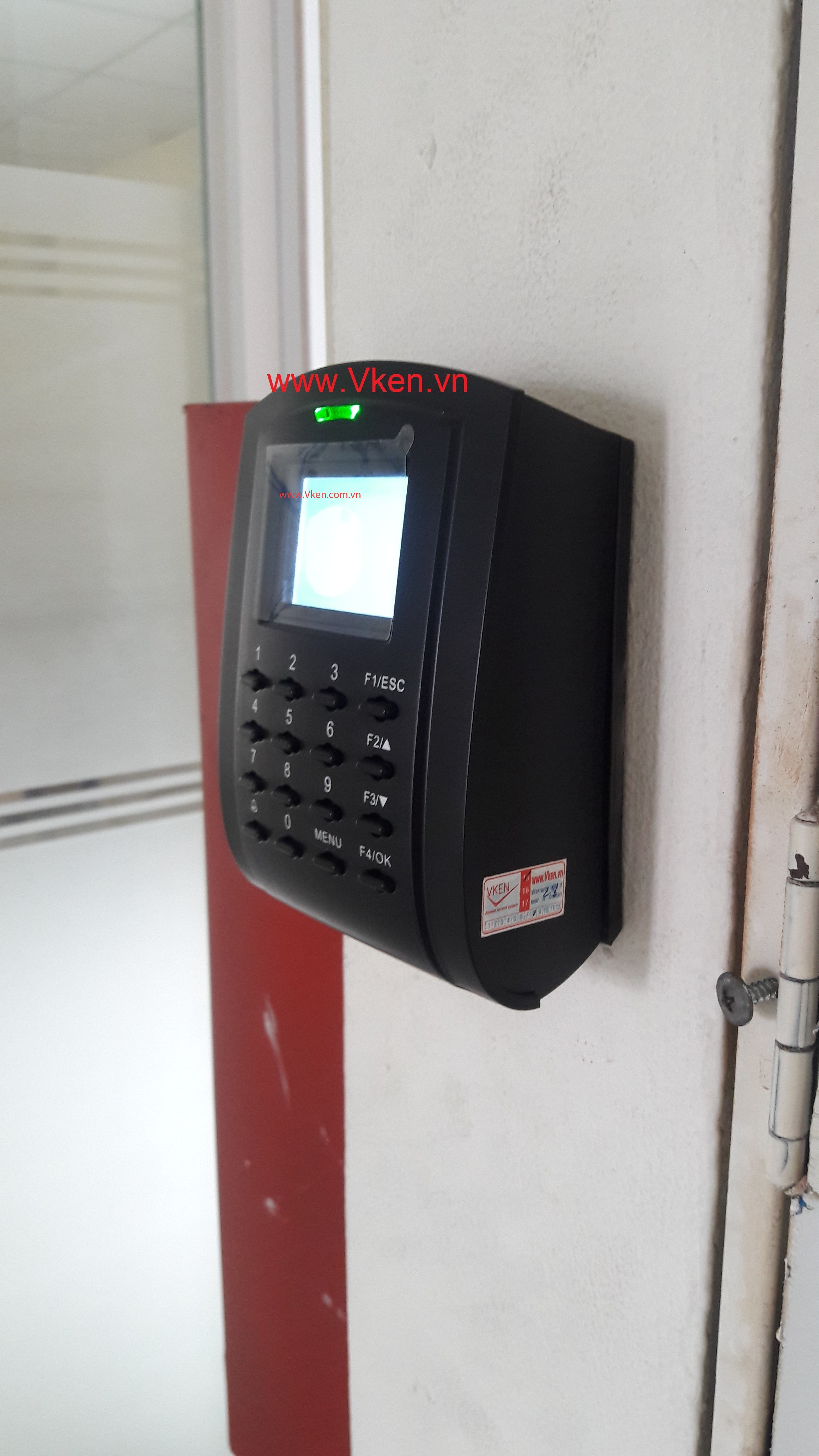 Thiết bị đọc thẻ kiểm soát nhân viên ra vào cửa